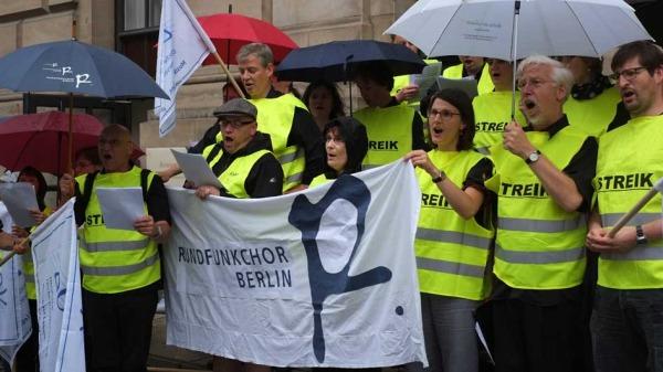 Kundgebung im Regen in der Charlottenstraße (1)