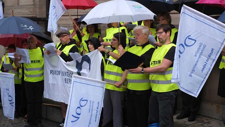 Kundgebung im Regen in der Charlottenstraße (2)